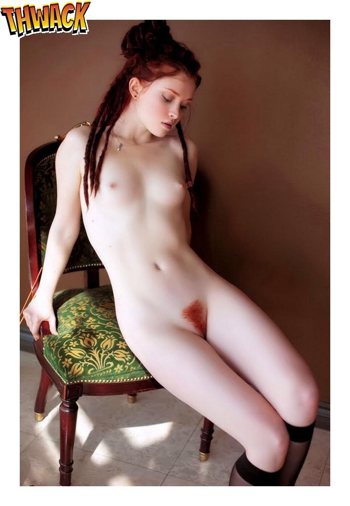 Beeldschoon meisje heeft roodharige schaamharen!