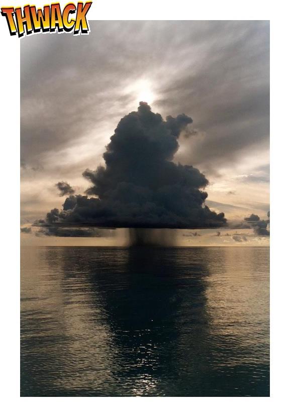 Grote regenwolk boven klein eiland in de zee!